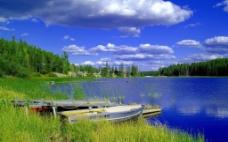 蓝天下的 湖畔 小船图片