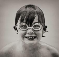 游泳前的小女孩图片
