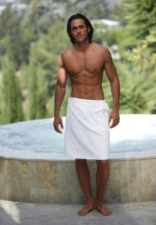 围白色浴巾的男模特图片