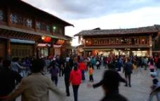 香格里拉独客宗古城四方街跳舞的人群图片