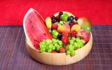 水果与木碗图片