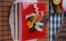 红色水果蛋糕图片