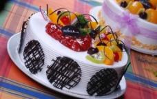 白色奶油水果生日蛋糕图片