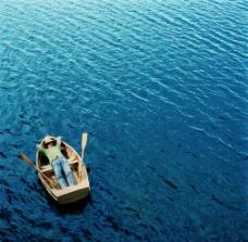 湖中一叶舟图片